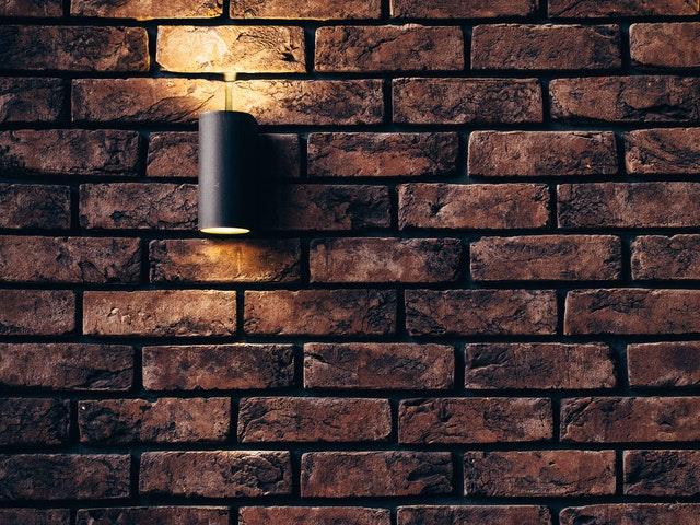 Tapeta, farba, płytki – czym wykończyć ściany w domu?